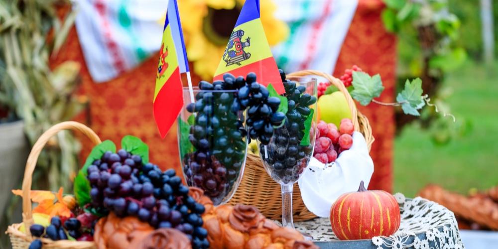 Wine tasting in Moldova with fruit, Winerist